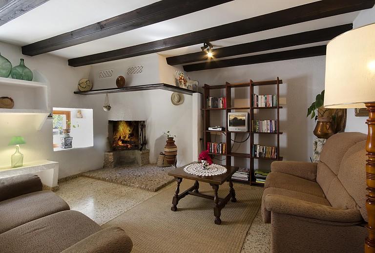Wohnzimmer Kamin Couch Lampe Couchtisch Fenster