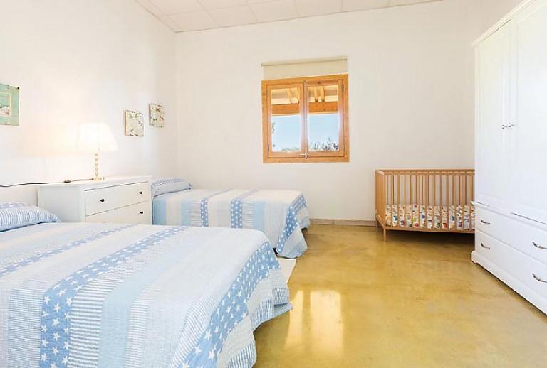 Schlafzimmer Einzelbetten Fenster Babybett Bild